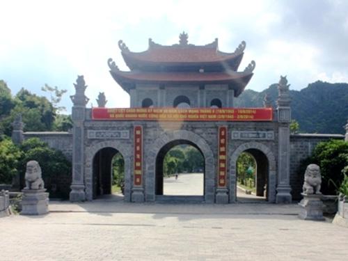 Cặp sư tử đá trước lối vào di tích cố đô Hoa Lư ở Ninh Bình