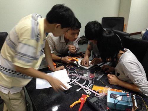 Sinh viên Khoa Kỹ thuật Trường ĐH Tân Tạo thực hành tại phòng thí nghiệm điện - điện tử
