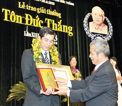 Chủ tịch Tổng LĐLĐ Việt Nam Đặng Ngọc Tùng trao giải thưởng Tôn Đức Thắng năm 2013 cho ông Nguyễn Tấn Thành, Phó phòng Kỹ thuật công nghệ, Công ty cổ phần Bông Bạch Tuyết;