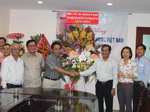 Ông Nguyễn Văn Rảnh - Ủy viên Thường vụ, Trưởng Ban Dân vận Thành ủy TP HCM - thăm và chúc mừng Báo Người Lao Động Ảnh: THANH NGA