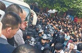 Cộc biểu tình tại Lingxi. Ảnh: China Daily