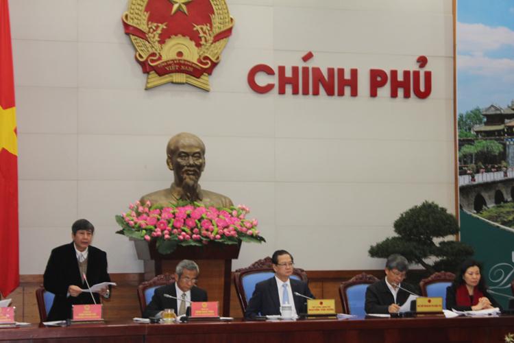 Ông Trần Thanh Hải (đứng), Phó Chủ tịch Thường trực Tổng LĐLĐ Việt Nam, trình bày Báo cáo kết quả thực hiện Quy chế về mối quan hệ công tác giữa Chính phủ và Tổng LĐLĐ Việt Nam
