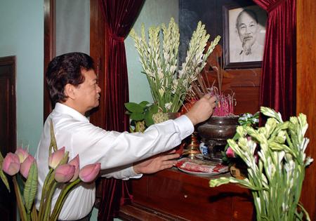 Thủ tướng Nguyễn Tấn Dũng thắp hương, tưởng niệm Bác Hồ. Ảnh: Hoàng Bắc
