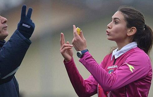 Trọng tài Any Fearn ở một trận đấu tại Ý