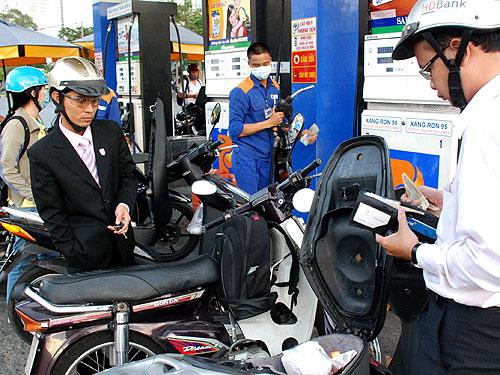 Giá xăng tăng thêm 180 đồng/lít từ 12 giờ ngày 19-3 - Ảnh: Tấn Thạnh