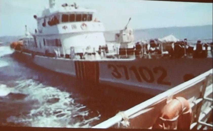 Tàu số hiệu 37102 của Trung Quốc với nong pháo để trần hung hăng đâm vào ngang mạn 1 tàu của Việt Nam
