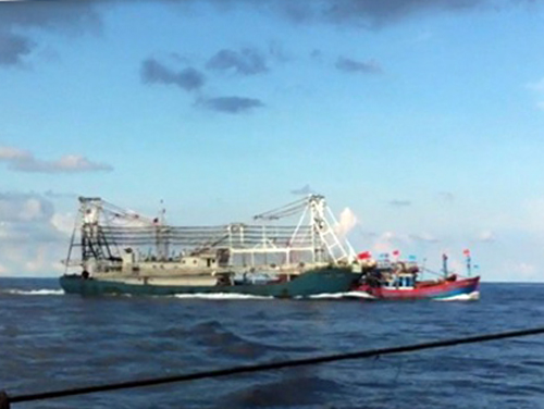 ... và đâm chìm chiếc tàu cá của ngư dân Đà Nẵng đang hoạt động tại ngư trường truyền thống thuộc chủ quyền Việt Nam ở Hoàng Sa - Ảnh cắt từ video