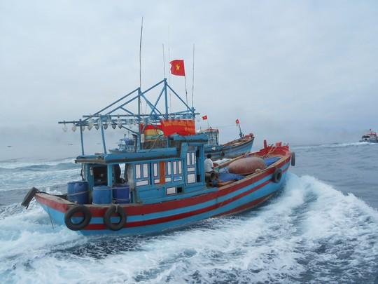 Một tàu cá của ngư dân Quảng Ngãi đang ra khơi bám biển Hoàng Sa