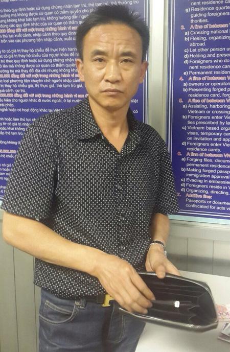 Tên trộm người Trung Quốc Xu Haisheng cùng tang vật là chiếc ví của khách người Nhật Bản - Ảnh: CTV