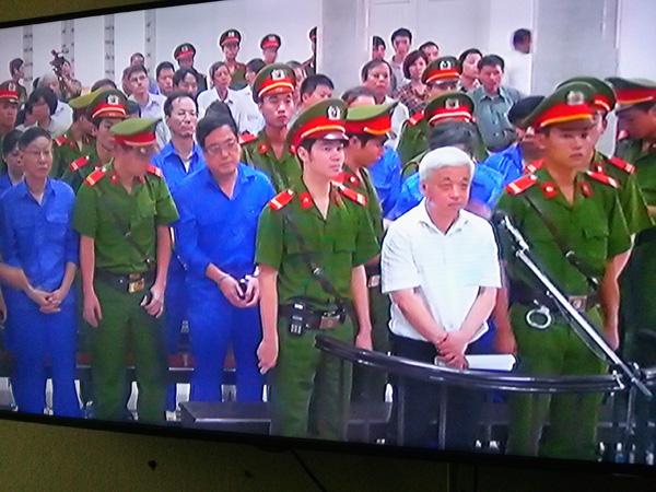 Bị cáo Nguyễn Đức Kiên và các đồng phạm đang nghe tòa tuyên án - Ảnh chụp qua màn hình