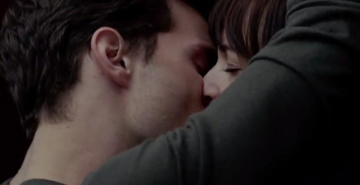 Cảnh hôn ướt át trong thang máy