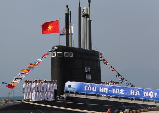 Lễ thượng cờ Tổ quốc và cờ Quân chủng Hải Quân trong lễ tiếp nhận chính thức Tàu ngầm Hà Nội vào lực lượng Hải quân Việt Nam - Ảnh: Hà My