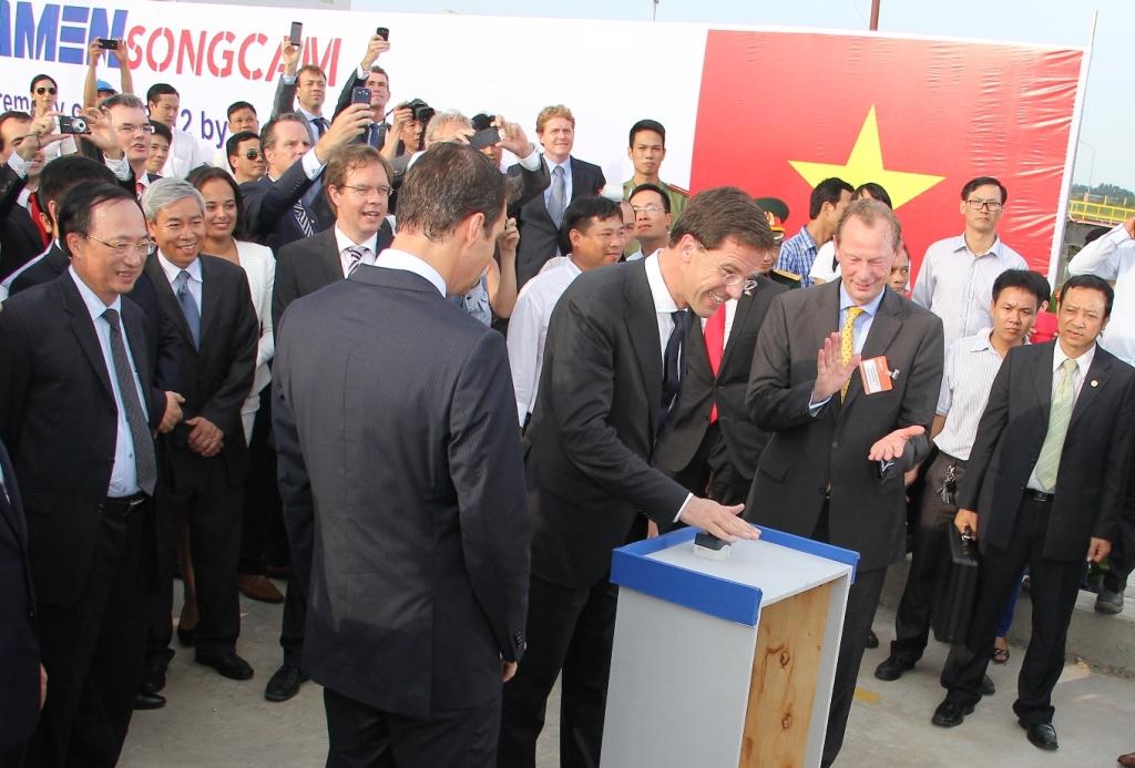 Thủ tướng Mark Rutte nhấn nút hạ thủy con tàu