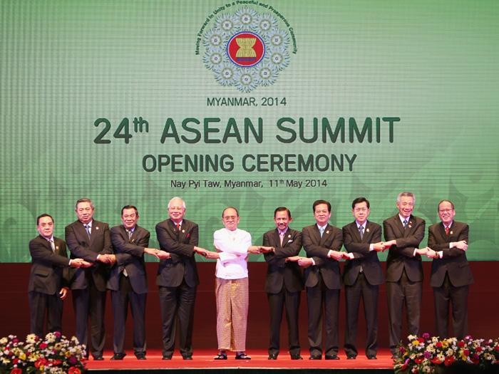 Thủ tướng Nguyễn Tấn Dũng (thứ 4 từ phải qua) cùng các nhà lãnh đạo ASEAN tại lễ khai mạc Hội nghị cấp cao- Ảnh: Quang Tám
