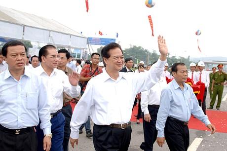 Thủ tướng Nguyễn Tấn Dũng phát lệnh thông xe toàn tuyến cao tốc Nội Bài - Lào Cai sáng 21-9 - Ảnh: VGP