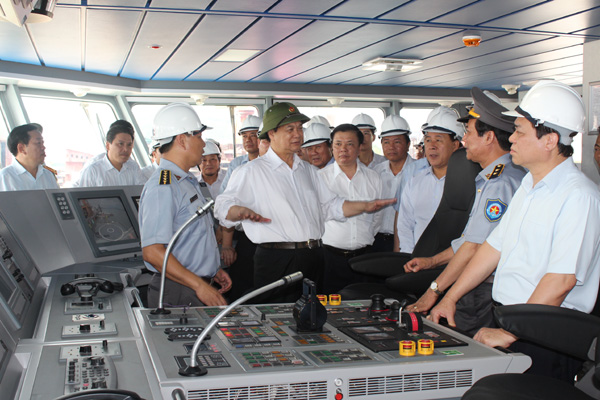 Thủ tướng Nguyễn Tấn Dũng trao đổi với cán bộ Công ty Đóng tàu Hạ Long trong buồng lái tàu KN-781