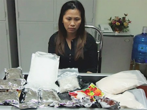 Nguyễn Thị Thùy Linh cùng tang vật hơn 5 kg ma túy đá bị bắt quả tang - Ảnh: Báo Quảng Ninh