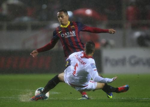 Trận đấu dưới mưa gây khó cho cả hai đội