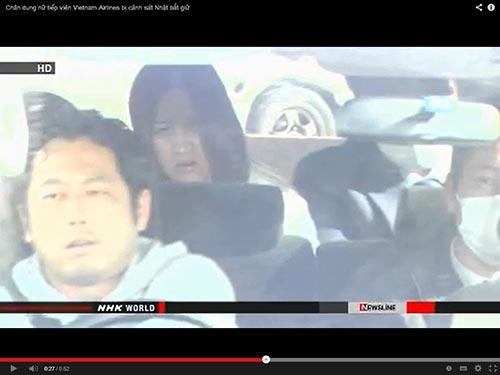 Bà Nguyễn Thị Ngọc Nga (ngồi hàng sau) bị cảnh sát Nhật Bản tạm giữ và đưa đi thẩm vấn vì bị cáo buộc là cầm đầu đường dây các tiếp viên hàng không Việt Nam nghi buôn quần áo mất cắp - Ảnh chụp lại từ video của NHK