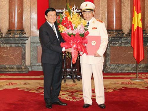 Chủ tịch nước Trương Tấn Sang trao quyết định thăng bậc hàm từ Trung tướng lên Thượng tướng cho Thứ trưởng Tô Lâm - Ảnh: Cổng TTĐT Bộ Công an