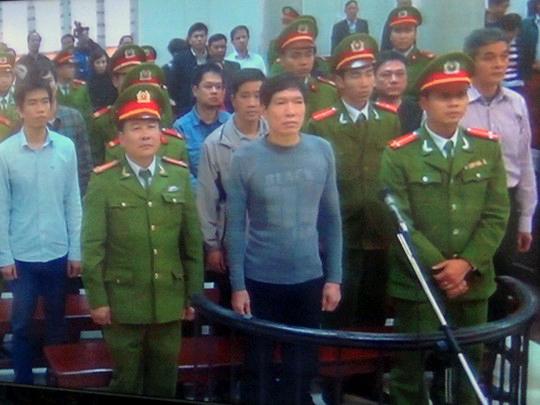 Dương Tự Trọng (giữa hàng đầu) bị tuyên phạt mức án nặng nhất 18 năm tù tại phiên tòa sơ thẩm (ảnh chụp qua màn hình) - Ảnh: Thế Kha