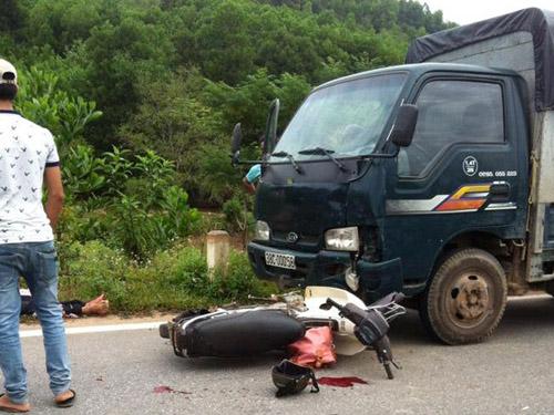 Hiện trường vụ tai nạn người điều khiển xe máy tông vào đầu xe tải