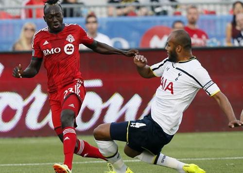 Thủ quân Younes Kaboul (phải, Tottenham) truy cản pha tấn công của Toronto FC