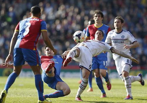 Torres sút bóng trước hàng thủ Palace