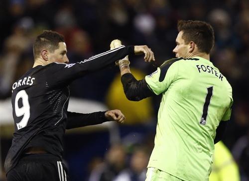 Torres nói chuyện bằng tay chân với thủ môn Forster