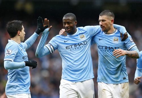 Yaya Toure (giữa) lập đại công cho Man City trước Fulham