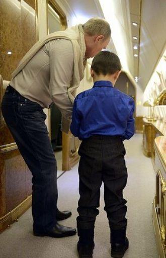 Ông Putin đã tặng con trai của cố quân nhân một chiếc xe điều khiển. Ảnh: Ria Novosti