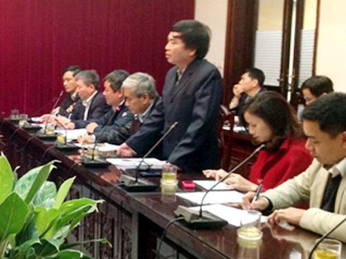 Ông Trần Văn Lục (đứng), nguyên Giám đốc BQL các dự án đường sắt, một trong số những cán bộ thuộc Tổng cục Đường sắt Việt Nam giải trình, khẳng định không nhận hối lộ, tại cuộc họp chiều 23-3 tại Bộ Giao thông Vận tải - Ảnh: Báo Giao thông Vận tải