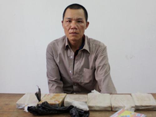 Trần Văn Trường cùng tang vật 6 bánh heroin bị bắt giữ - Ảnh: Báo Quảng Ninh