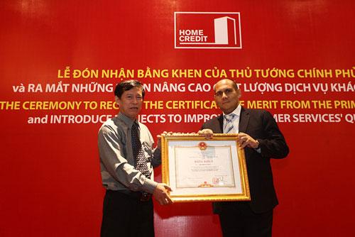Ông Nguyễn Văn Phú, trao bằng khen của Thủ tướng Chính phủ dành cho cá nhân xuất sắc cho ông Friedrich Weiss, Chủ tịch HĐQT Home Credit