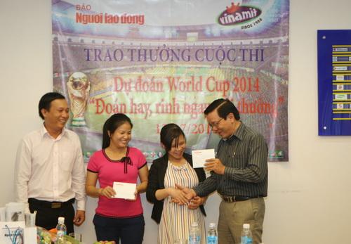 Ông Nguyễn Văn Tín, Phó tổng biên tập báo Người Lao Động, trao giải trận chung kết cho bạn đọc Phạm Bùi Thị Huyền