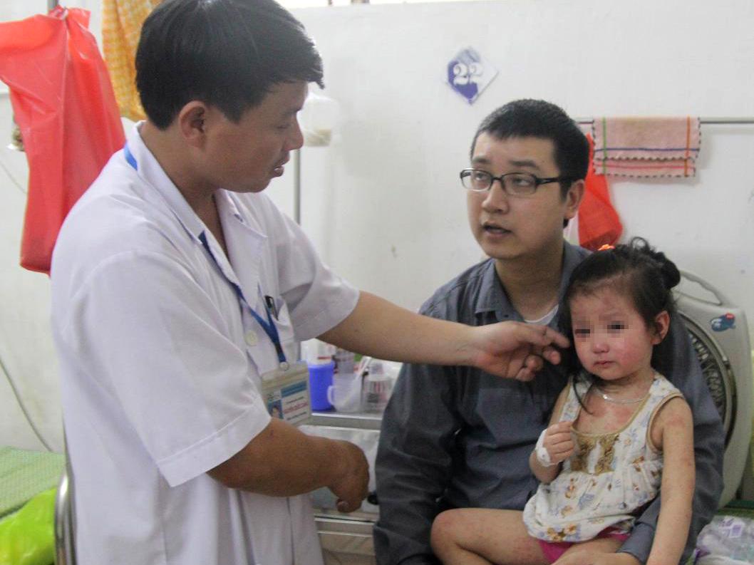 Một trẻ bị sởi nặng đang được điều trị tại BV sản nhi Nghệ An