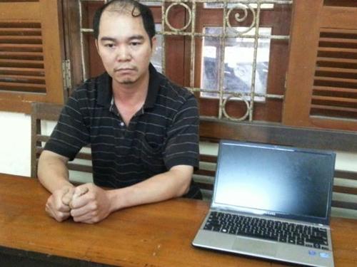Nghi phạm Nguyễn Sỹ Hùng cùng tang vật ăn trộm tại cơ quan công an