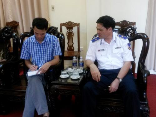 Phóng viên Báo Người Lao Động đang trao đổi với Thiếu tướng Nguyễn Quang Đạm, Tư lệnh Cảnh sát biển Việt Nam - Ảnh: CTV