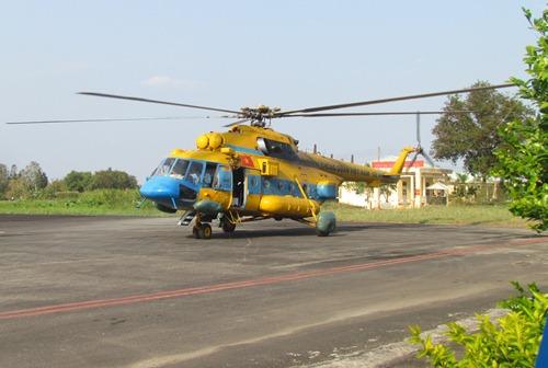 Trực thăng Mi-17 102 trước lúc cất cảnh khỏi sân bay Cà Mau - Ảnh: Duy Nhân