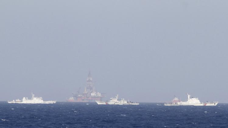 Dù đã giảm song Trung Quốc vẫn duy trì đội tàu hàng trăm chiếc bảo vệ giàn khoan Hải Dương 981 hạ đặt trái phép trong vùng biển của Việt Nam - Ảnh: Reuters