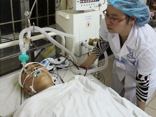 Trung úy Vũ Thế Thắng đang được điều trị tại bệnh viện