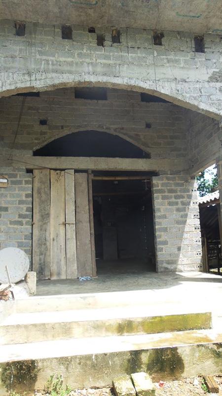 Phía trước căn nhà, nơi bé gái bị cha đẻ bắt làm nô lệ tình dục suốt 5 năm