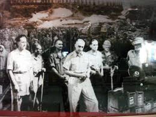 Tướng De Castries và toàn bộ chỉ huy cứ điểm Điện Biên Phủ đầu hàng vào chiều 7-5-1954 - Ảnh tư liệu