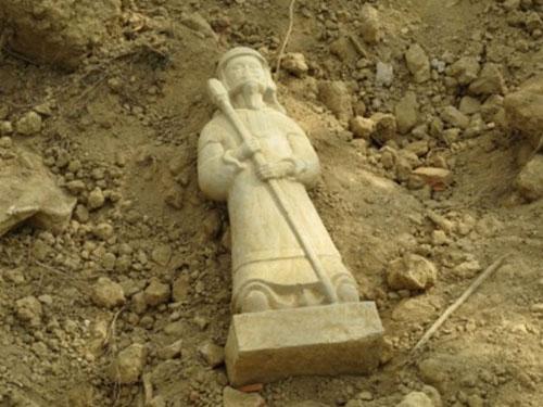 Người dân phát hiện ra pho tượng cổ trong lúc dọn dẹp di tích