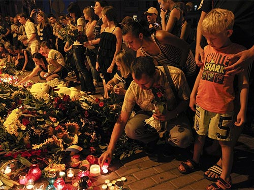 Tưởng niệm các nạn nhân trên chuyến bay MH17 tại Đại sứ quán Hà Lan ở thủ đô Kiev của Urkaine - Ảnh: Reuters