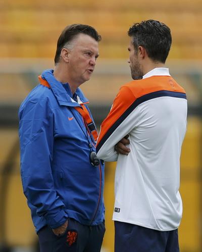 HLV Van Gaal sẽ trao băng thủ quân M.U cho Van Persie?