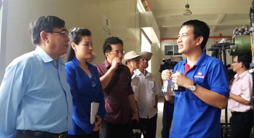 Chủ tịch UBND tỉnh Long An Đỗ Hữu Lâm đến khảo sát nhà máy xử lý nước rỉ rác của VWS tại Khu liên hợp xử lý chất thải rắn Đa Phước. Ảnh: Mai Khanh