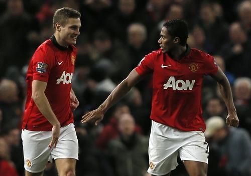Valencia (phải) ghi bàn mở tỉ số trận đấu