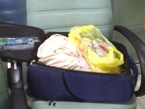Va ly bị người Trung Quốc ăn cắp trên máy bay lục tung khiến hành khách hết sức bức xúc