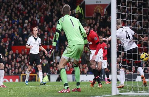 Van Persie ghi bàn gỡ hòa 1-1